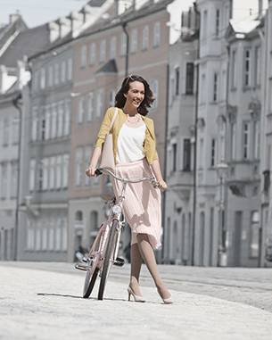 Vrouw draagt het compressiemiddel Juzo Inspiration