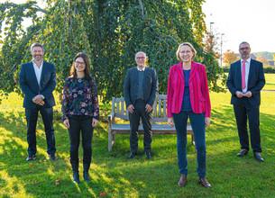 Gruppenfoto im Freien mit Abstand der einzelnen Personen zueinander