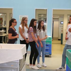 Azubi zeigt den Schülern die Produktion