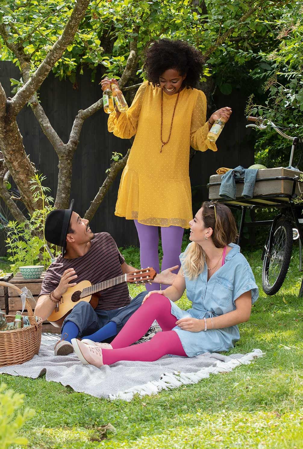 To kvinder ved et fotoshoot med Juzo Inspiration i trendfarverne