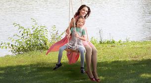Moeder en kind op een schommel