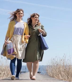 Twee vrouwen in gesprek in een kleermakerij