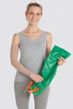Femme portant une aide-à-enfiler Arion Easy-Slide Bras