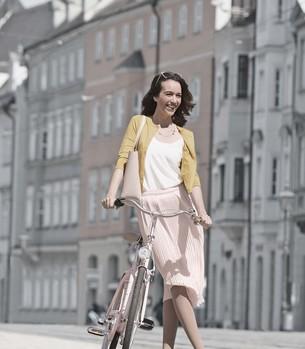 Femme portant des bas de compression Juzo Attractive