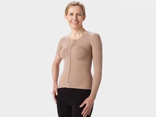 Frau trägt eine  Throaxbandage mit kurzen Aermeln in der Farbe Beige