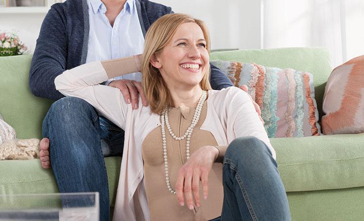 Frau trägt Narbenkompression und lächelt