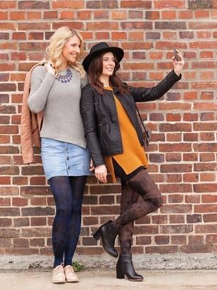 Duas mulheres fazendo uma selfie