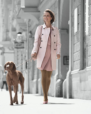Une femme se promène avec son chien
