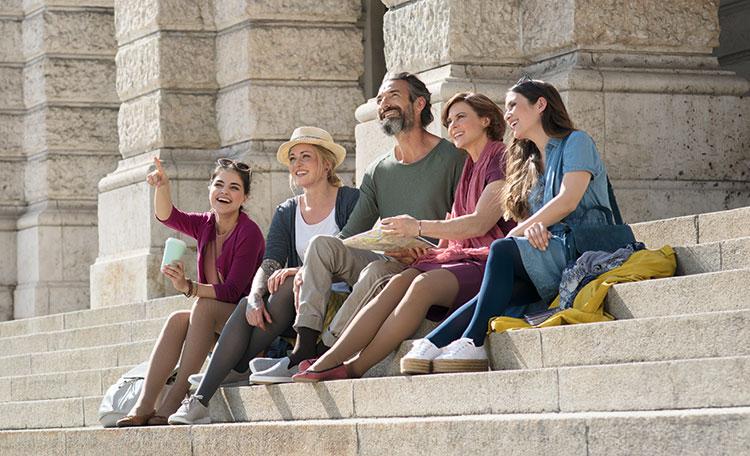 Personen sitzen auf einer Treppe