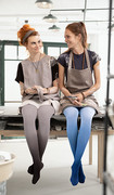 Due donne a uno shooting fotografico indossano Juzo Inspiration nei Trend Colours