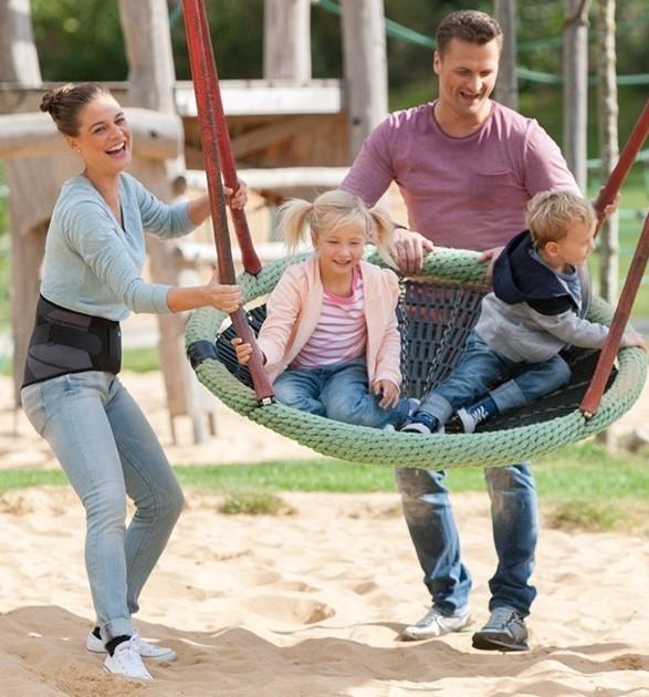 Familie auf dem Spielplatz