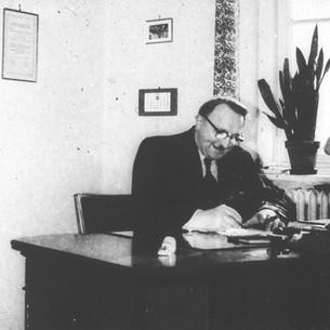 1962 Hombre en escritorio
