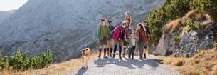 Familie beim Wandern mit Juzo Genu Xtra