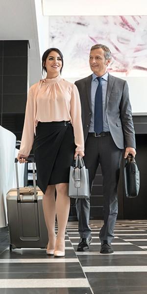 Affärspartner på resa checkar in på hotellet