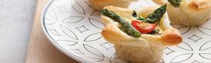 Minitærter med asparges og muskat på tallerken