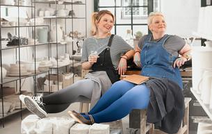 Dip Dye Collection als flachgestrickte Juzo Expert Versorgung in den Farben Mohn und Blaubeere