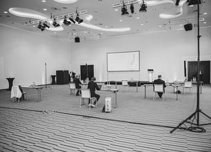 Schwarz-Weiß-Bild des Präsentationsraums