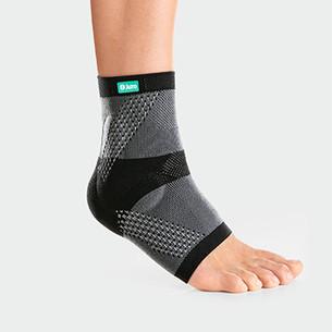 Fuß mit der Sprunggelenkbandage Malleo Xtra in der Farbe Anthrazit