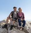 Paar auf dem Gipfel trägt Juzo Bandagen
