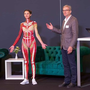 Bodypainting zu Anschauungszwecken: Prof. Dr. med. Dieter Blottner zeigt in seinem Vortrag das lymphologische System und die Lymphknoten