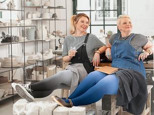 Zwei Frauen gemeinsam im Töpferstudio