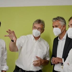 Hansjörg Durz zu Besuch in der Produktionsstätte von Juzo.