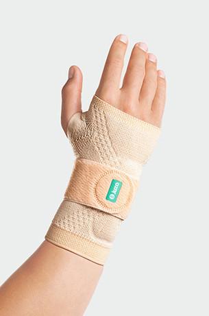 Hand mit der JuzoFlex Manu Xtra in der Farbe Beige