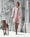 Kvinde går tur med hund