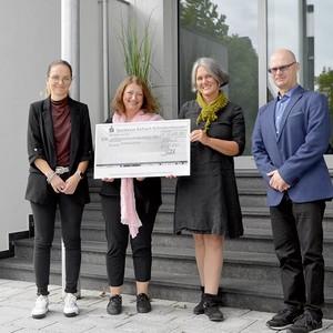 auf dem Bild: v.l. Anja Schettler (Juzo), Biggi Welter und Sonja Kasper (mamazone e.V.), Uli Frey (Juzo)