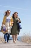Zwei Frauen spazieren auf einem Steg und tragen Juzo Expert
