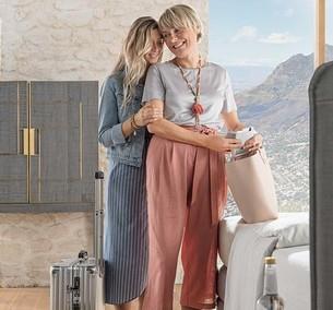 Mutter und Tochter freuen sich auf den Urlaub