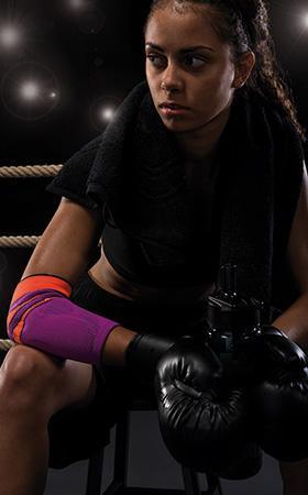 Donna con guantoni da boxe
