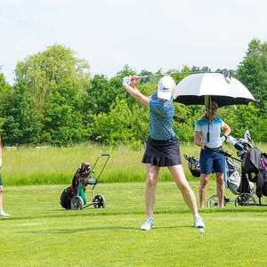 Maedchen spielt Golf