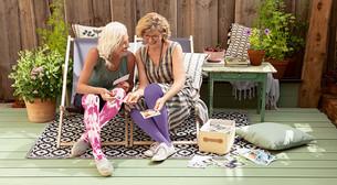 Vriendinnen bekijken foto's in compressiekleding in Violet Truth en Pink Soul