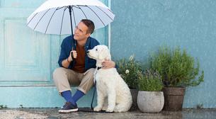 Een man met de beste vriend van de mens draagt compressiekleding in Blue Love