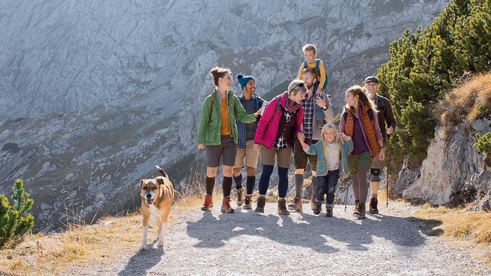 Familie beim Wandern mit JuzoFLex Genu Xtra