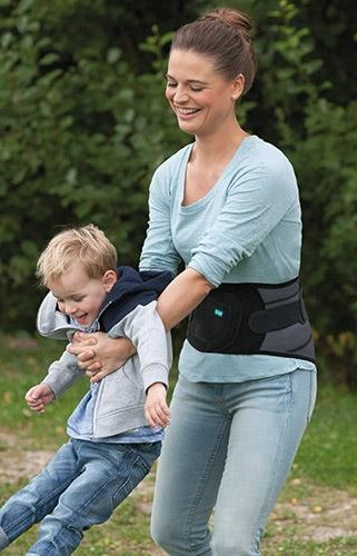 Mulher empurra criança no baloiço