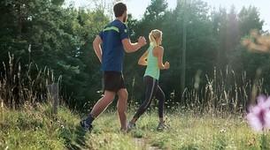Un hombre y una mujer practicando jogging