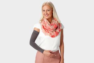 Vrouw draagt Juzo Dynamic armkous