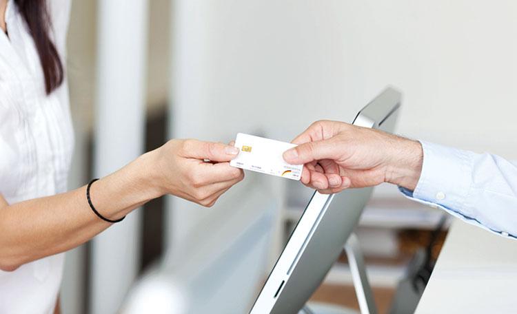 Mann gibt Frau eine Krankenkassenkarte