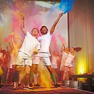 Männer auf der Bühne beim Festival der Farben, 2014