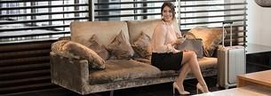 Kvinna med resestrumpor sitter på en soffa