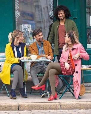 Kvinde med Juzo Soft strømpe på tur med sin forretningspartner