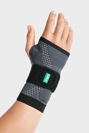 Hand mit der JuzoFlex Manu Xtra in der Farbe Anthrazit