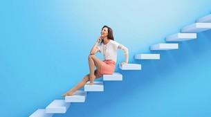 Mujer sentada en una escalera