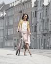 Una mujer lleva una prenda de compresión Juzo Inspiration