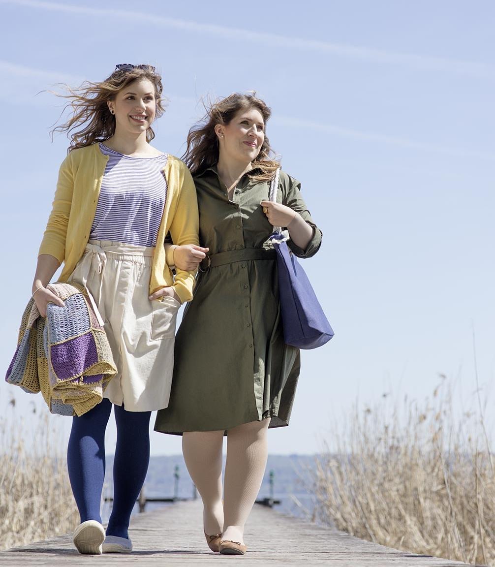 Dos mujeres conversando en una sastrería