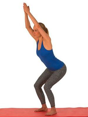 Kvinde laver øvelse til afslapning af rygsøjlen