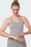 Frau trägt Juzo Kompressionshandschuh mit eingenähtem Silon®-TEX