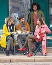 Mulher com meias Juzo Soft viaja com o seu parceiro de negócios